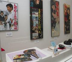 映画のポスターや実際に使われた小道具=藤枝市郷土博物館・文学館で
