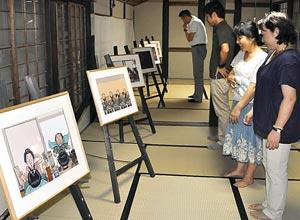 温かみあふれる絵本の原画が並ぶ清水家の部屋=掛川市横須賀で