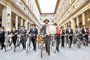 イタリアの街角で演じる役者たち(ポンテデーラ演劇財団制作)(C)ROBERTO PALERMO