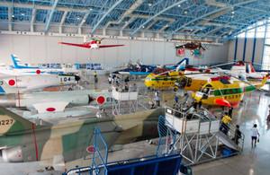 歴代の航空機などがずらりと並ぶ格納庫=浜松市西区のエアーパークで(木原育子撮影)