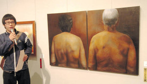 第50回記念大賞に選ばれた作品を解説する受賞者の長谷川さん=県新川文化ホールで